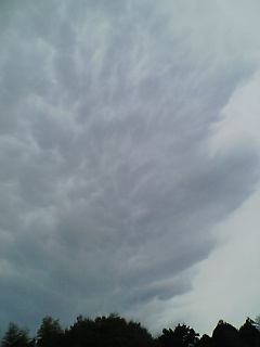 不気味な雲が…