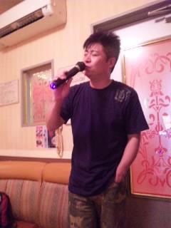 歌ってます…